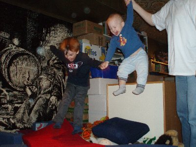 Bröderna hoppar i källaren