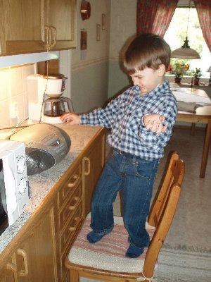 Emanuel diggar musik i morfars kök