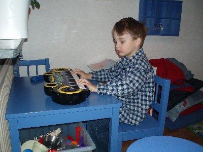 Emanuel spelar zynth