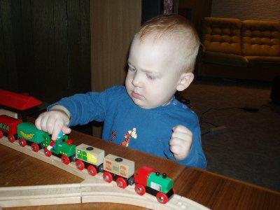 Jonatan leker med tåget