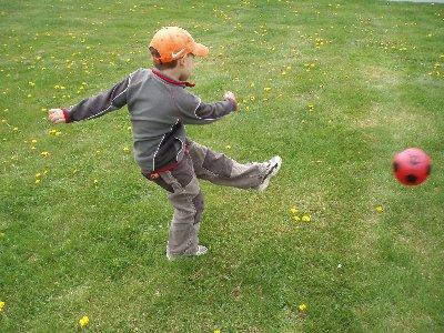 Emanuel spelar fotboll ...