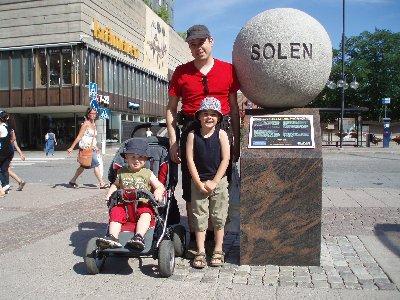 vid solen på Olof Palmes torg ...