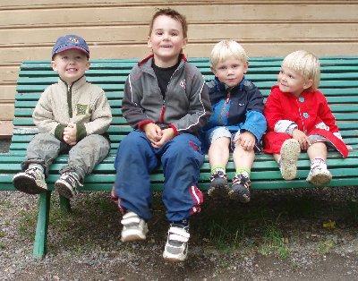 barnen vid Gräfsnäs station ...