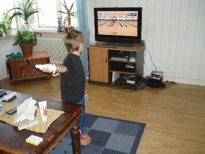 Emanuel spelar Wii