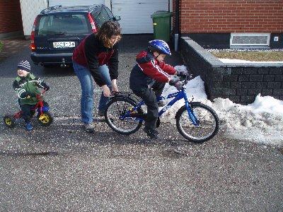 Emanuel lär sig cykla ...