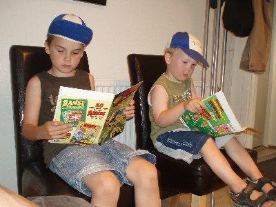 pojkarna läser Bamse ...
