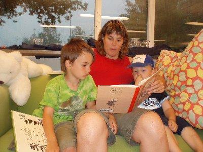 mamma Karin läser - under regnvädret ...