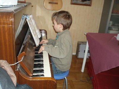 Emanuel spelar piano ...