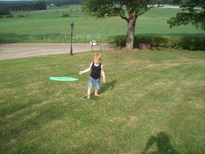 Jonatan kastar frisbee ...