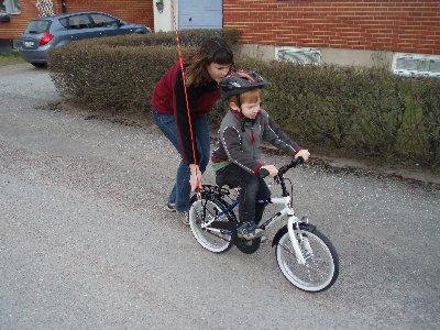 Jonatan lär sig cykla ...